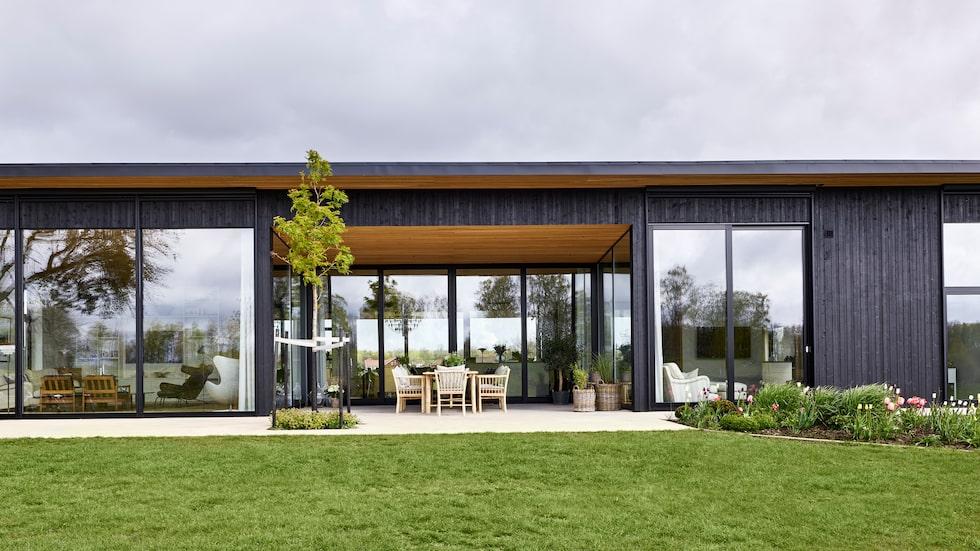 Det 225 kvm stora huset i Bredene utanför Åsarp. De tyngsta fönsterpartierna vägde över 300 kg styck när de kom.