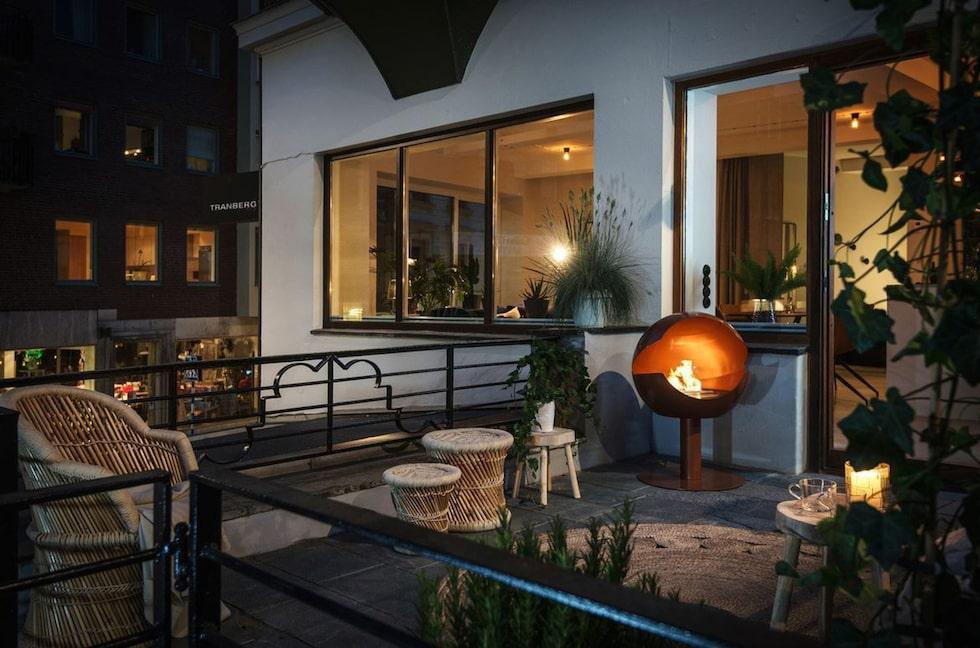 Från vardagsrummet kommer man ut på en 14 kvadratmeter stor terrass, som påminner om en uteservering mitt i stan.