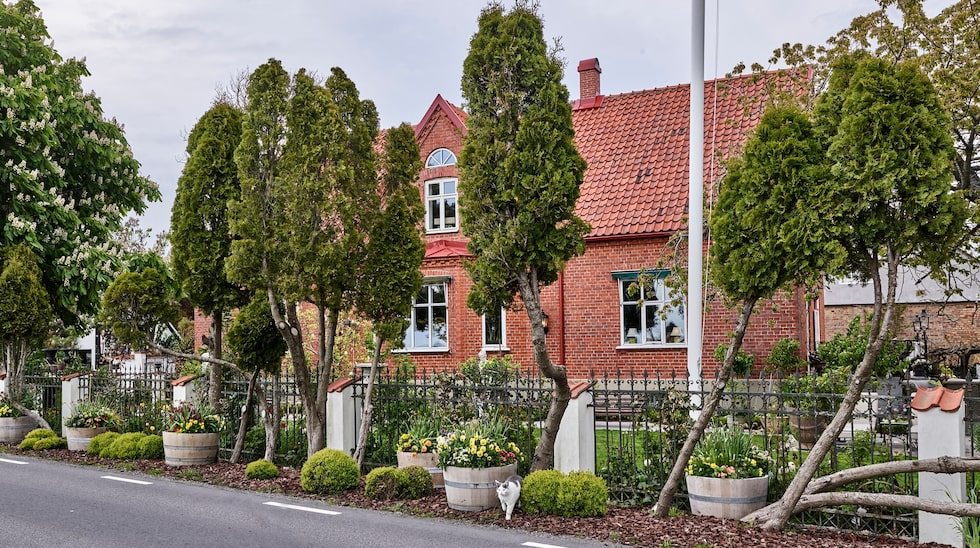 Trädgården på Eklaholm i Skåne har skapats med inspiration från engelska Cottage gardens. Men Karl Fredrik blandar den också gärna med en fransk, lite mer elegant stil.