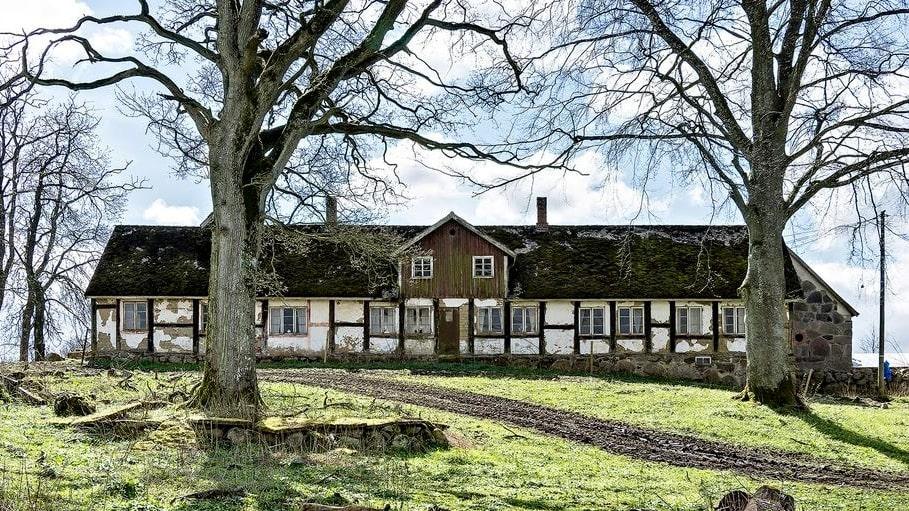 Öde sedan 32 år – så här såg Skånegården ut för tre år sedan innan en omfattande renovering påbörjades.