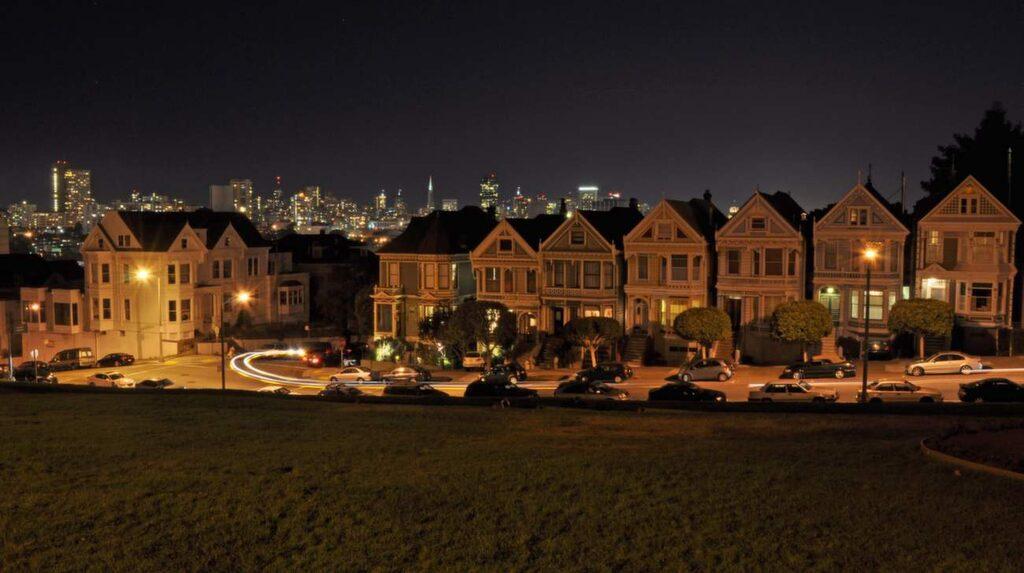 """<p>Raden med de viktorianska husen """"Painted Ladies"""" är en av de mest fotograferade platserna i San Francisco.</p>"""