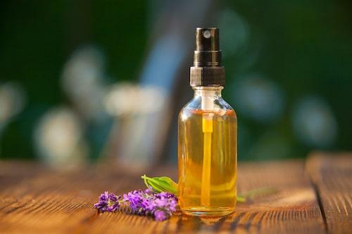 Välj en eterisk olja som doftar lavendel, citron eller något annat som du gärna doftar.