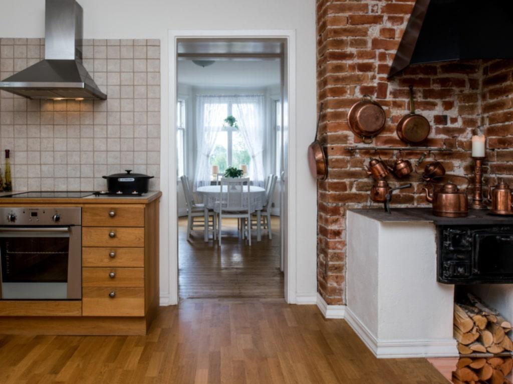 Här hittar man originaldetaljer som vackra trägolv och en stor vedeldad spis i ett av köken.
