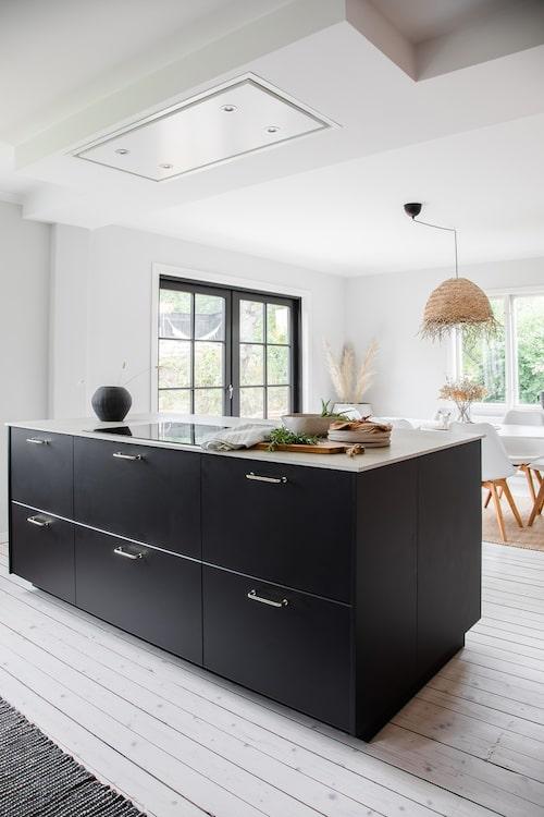 Köksön och den takintegrerade köksfläkten är två favoriter i huset.