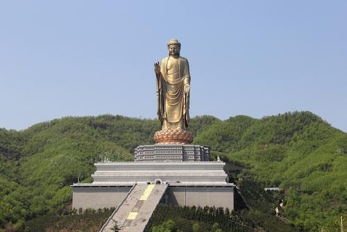 Världens näst största staty Zhongyuan-Buddha står på en lotusformad piedestal.