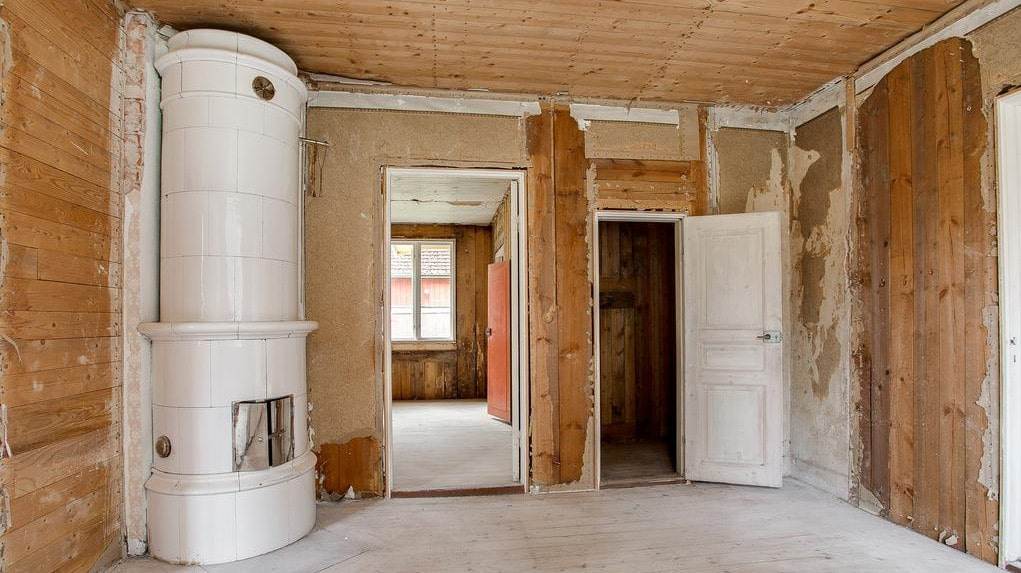 Villan var mycket påkostad när den byggdes 1923. En kakelugn som är hel finns kvar.