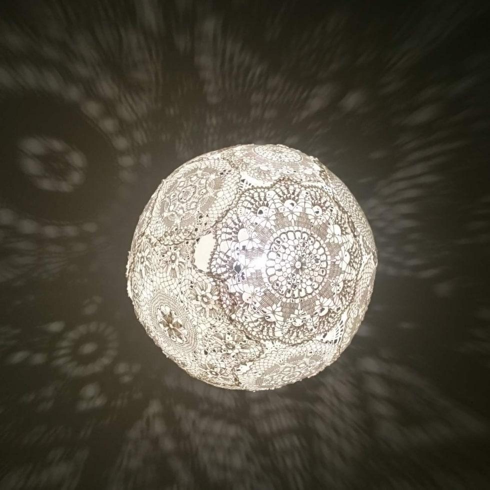 Klart! De virkade dukarna skapar ett vackert skuggspel när lampan är tänd.