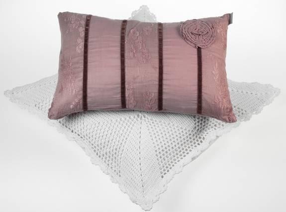 Sammetslen. Marquis, romantisk kudde i gammalrosa, bomull/spets och sammetsdekor, 200 kronor, Almedahls.