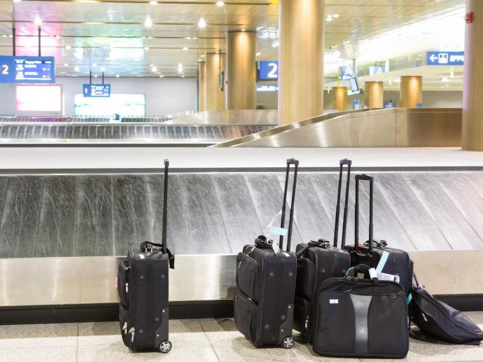 Efter landning. Om du inte har ett anslutande flyg att passa, så ta det lugnt vid avstigningen. Du lär ändå få vända vid bagagebandet.