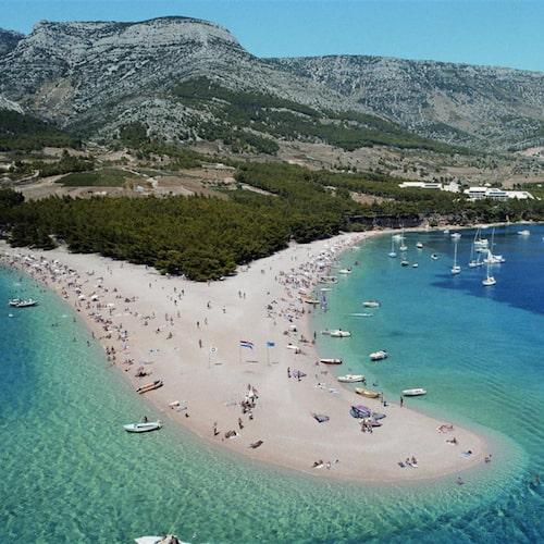 Den viktigaste turistorten på Brac heter Bol och här finns den kända och speciellt formade stranden Zlatni Rat.