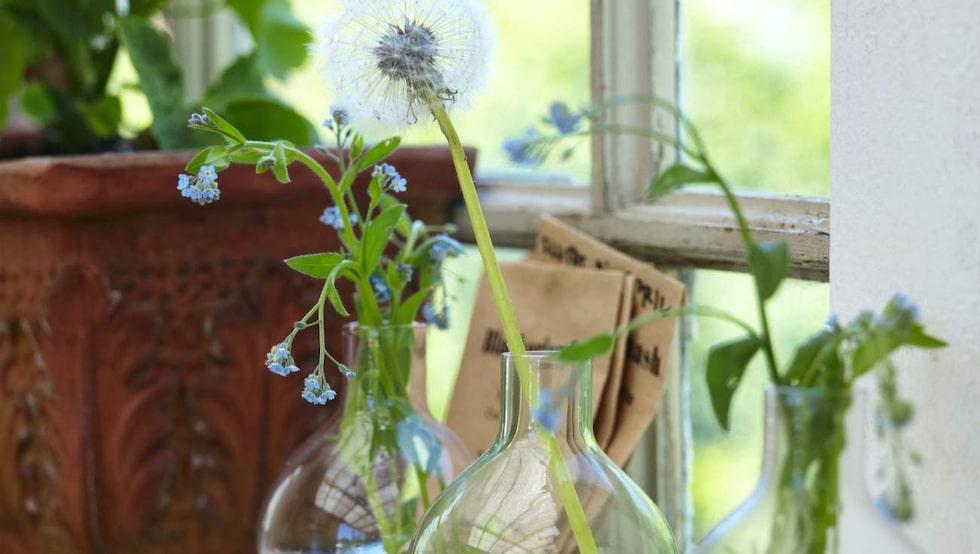 Runtom väggar och fönster sitter en smal hylla på små konsoler vilket skapar en hel del avställningsyta för småsaker. Vaser, 29 kronor styck, Lagerhaus.