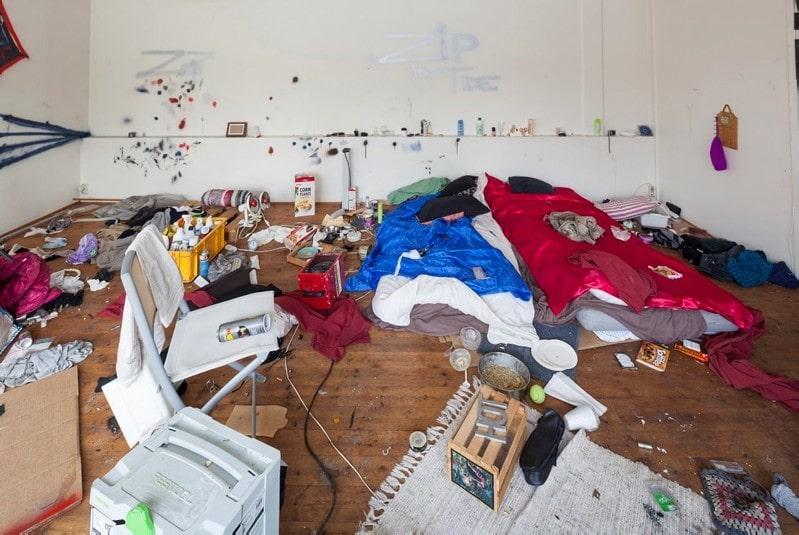 I rivningskåken bodde även hemlösa på nätterna.