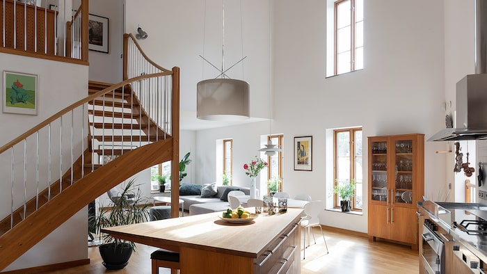 Spiraltrappan från kök och vardagsrum leder upp till den privata sovrumsdelen.