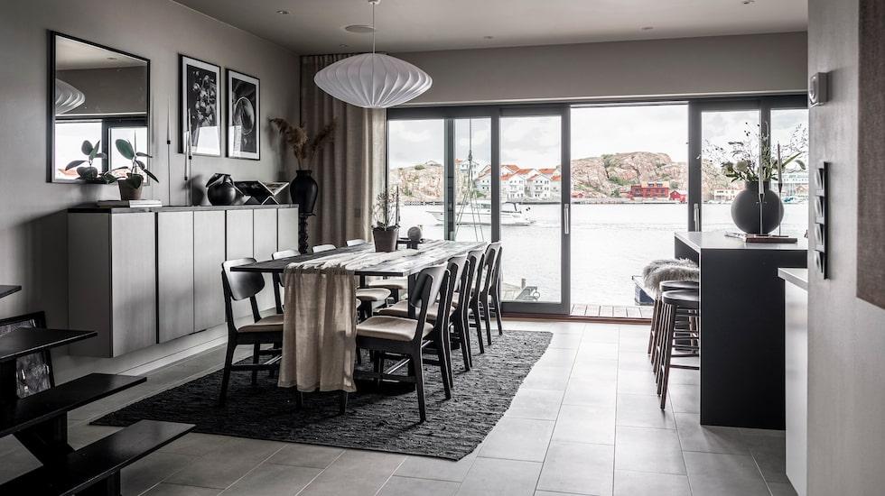 Från matrum och kök har man lika magnifik utsikt som från vardagsrummet en trappa upp. Skjutdörrspartier från H Fönstret i Lysekil.