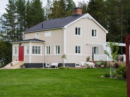 Huset söder om Umeå har ett lantligt läge med utsikt över ängarna och skogen bakom knuten.