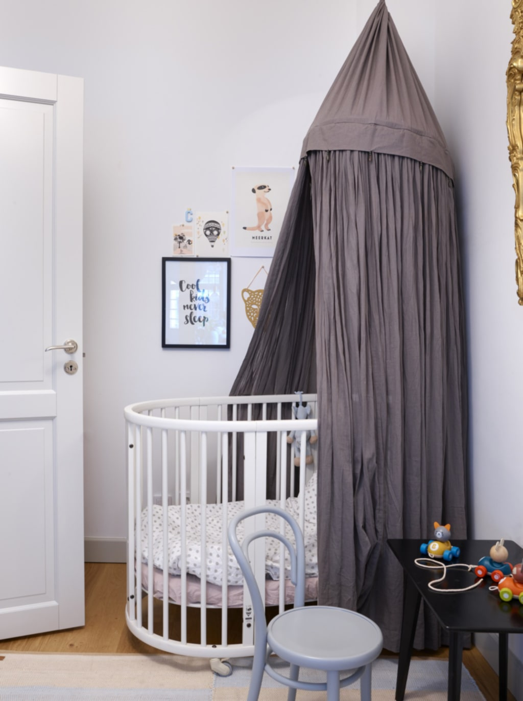 Sänghimmel. Carl-Philips rum med säng från Stokke. Den lilla stolen fick han i doppresent. Sidobordet har Emma fyndat på Röda korset. Grå sänghimmel från Barnklassiker