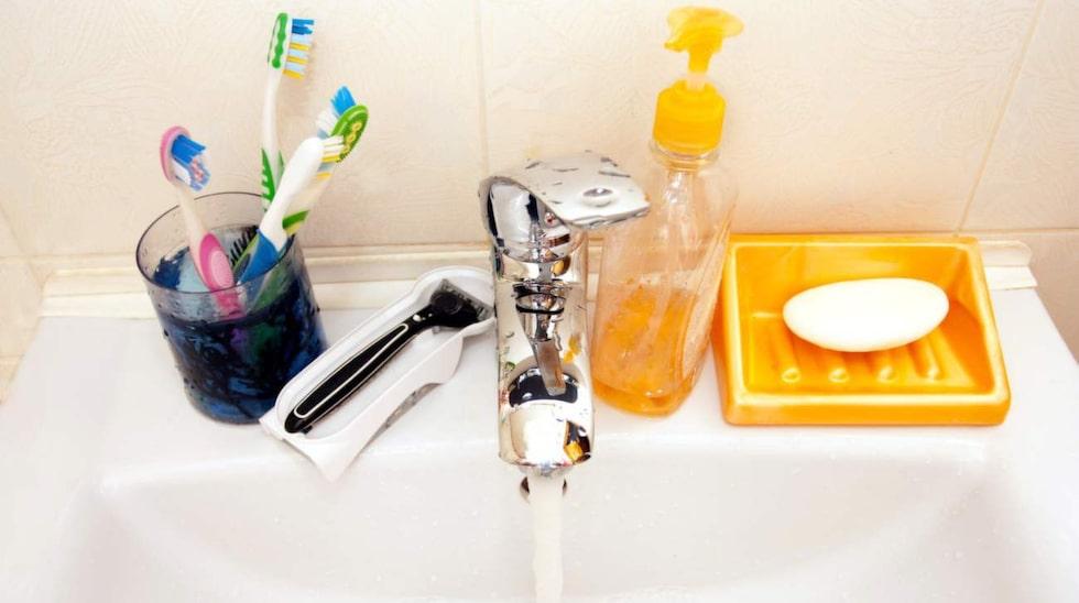 Att förvara tandborstarna på handfatet känns ju praktiskt. Tandborsten används ju ofta, och på handfatet är de nära till hands. Men det här gör att din tandborste innehåller miljontals bakterier.