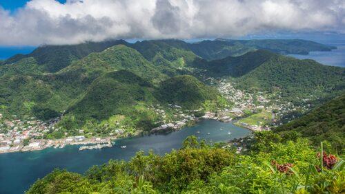Pago Pago med dess spektakulära naturhamn.