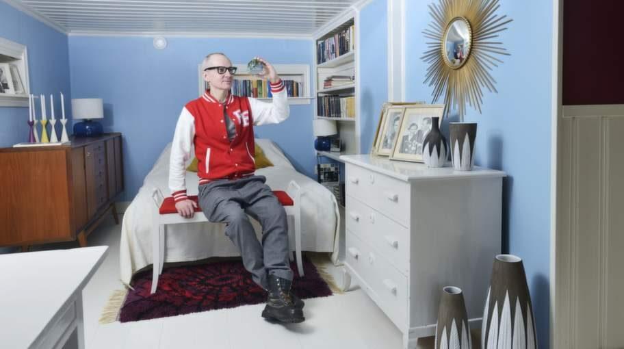 Sovrummet hittar man på nedervåningen. På bilden håller Peter en glaskula från Flygsfors som är hans favoritglasbruk.
