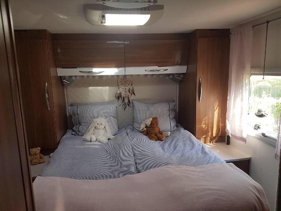 Deras sovrum rymmer både dubbelsäng och garderober.