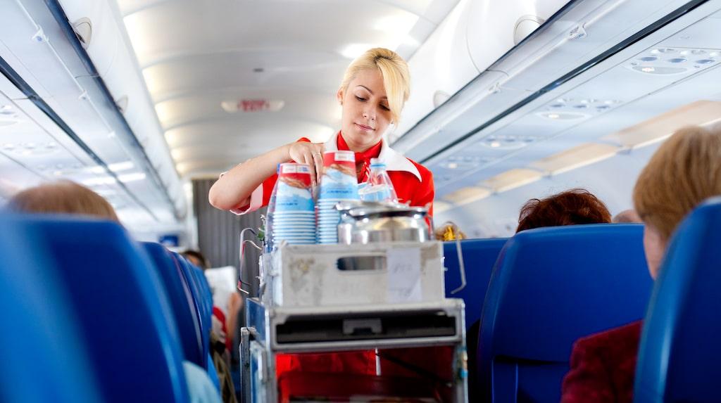 Flygvärdinnor väljer ofta bort varma drycker framför kalla.