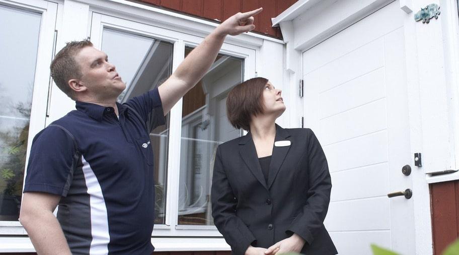 BESIKTIGAR HUSET. Besiktningsmannen Ebbe Andersson och mäklaren Emma Brantsjö ser över ett hus inför försäljning - och ger tips hur du kan spara tusenlappar.
