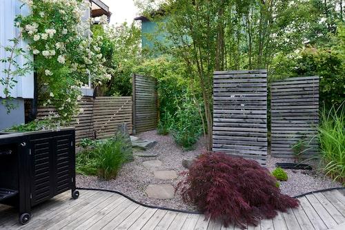 För att skapa insynsskydd har även stående spalter satts upp på vissa ställen i trädgården i Mälarhöjden. Hunden Douglas kan röra sig fritt ute tack vare grindarna. Det påbörjade uteköket ska ramas in av spaljéer.