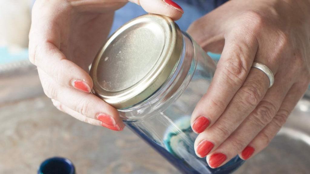 Som många andra har du säkert ett gäng tomma glasburkar hemma. Du kan ta vara på dem och göra något riktigt fint.