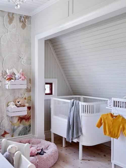 I dottern Lunas rum har Uffe och Sofia plockat bort kattvinden så att rummet blev större. Säng, Zebra. Filt, Newbie. Vägghyllor, Ikea. Hundsäng, Hööks.