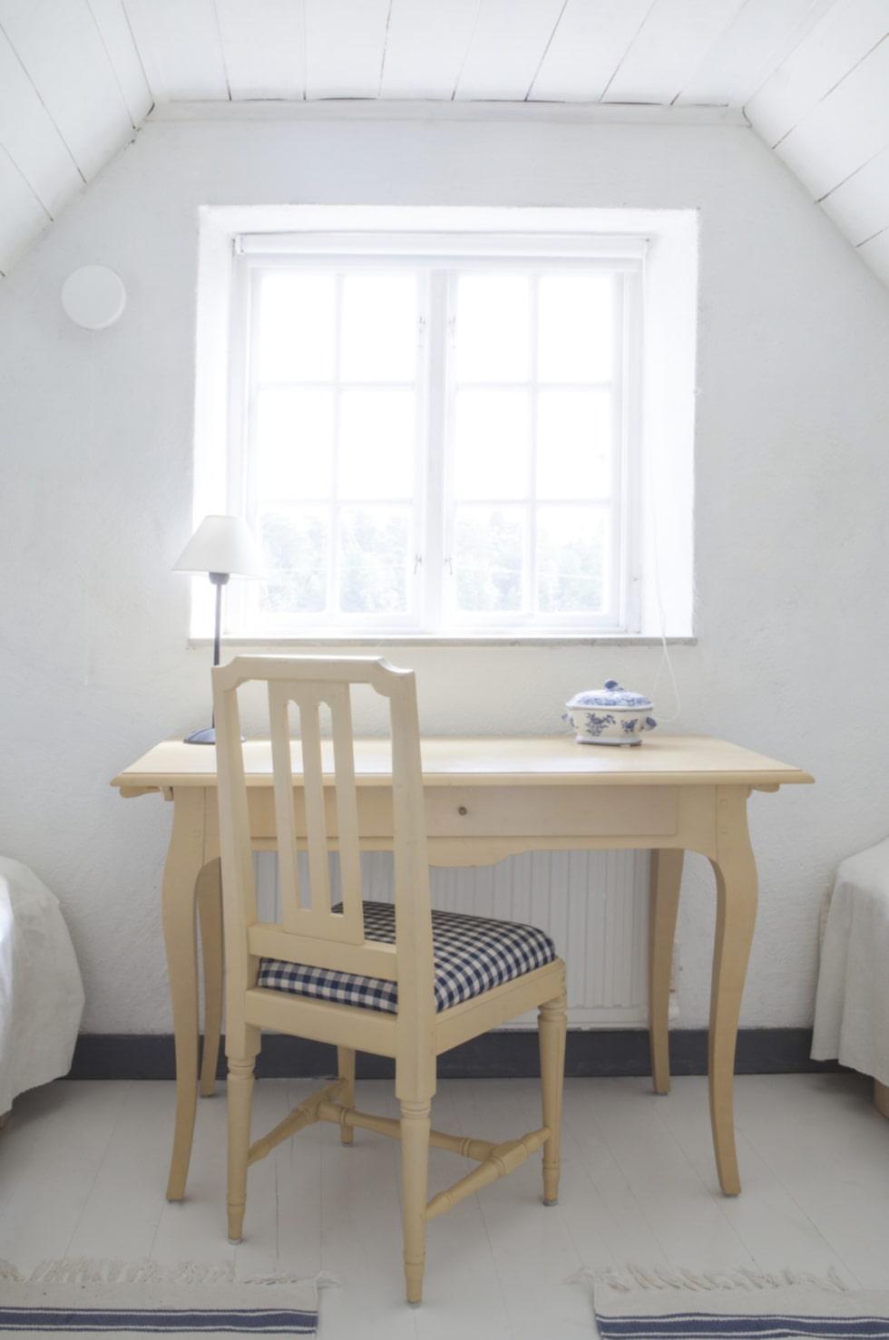 I ett av sovrummen på övre våningen står ett bord från Ikeas 1700-talsserie som nu är utgången.