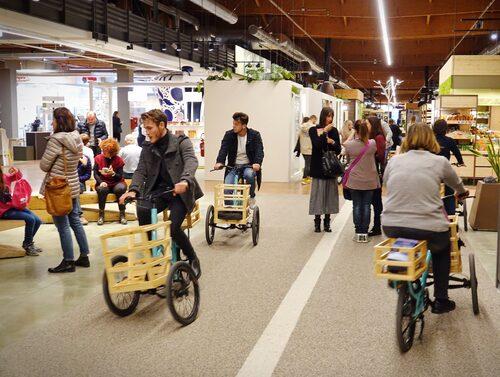 I saluhallen kan man cykla mellan affärer och matstånd.