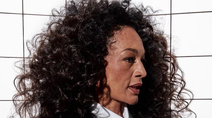 Naturliga lockar framhävs och görs större. Den som inte har lockigt hår hänger med i trenden genom att välja en permanent eller gå mot ett rakt, välvårdat hår.
