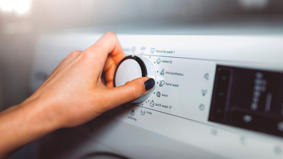 Dags att tvätta kudde? Titta på kuddens tvättråd innan du startar maskinen. Glöm inte att tvätta på minst 60 grader för att bakterierna ska dö.