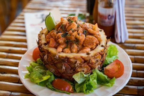 Räkcocktailen, som serveras i en ananas, rekommenderas!