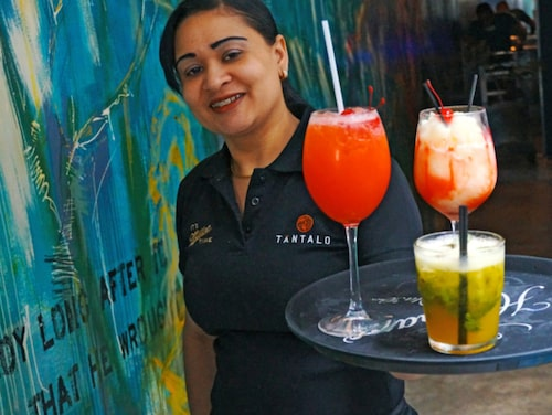 Drinkarna är klara på Bar Tantalo, Casco Viejo, Panama City.
