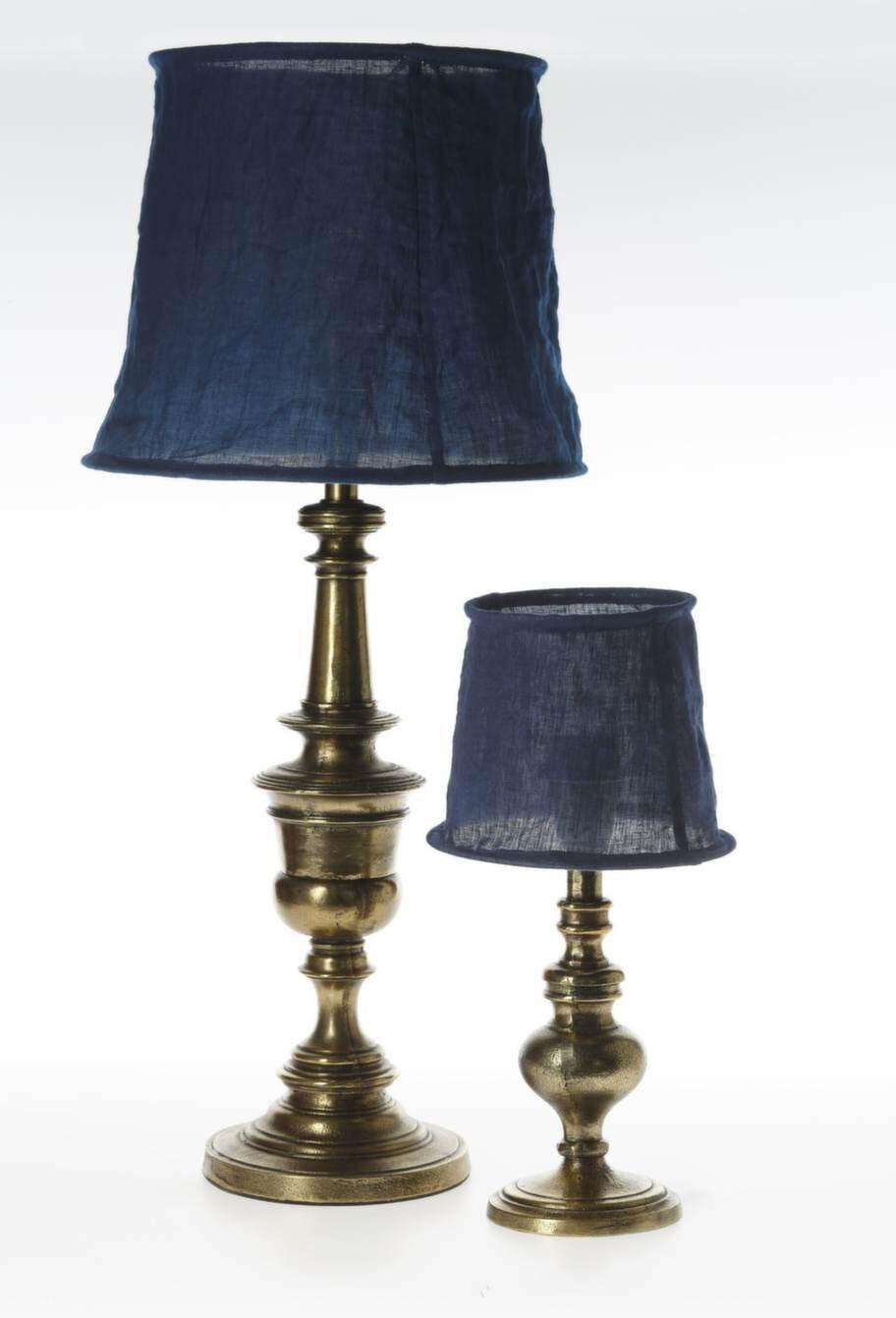 Lampor Bergen gold antique, 780 respektive 870 kronor, bomullsskärm, Vivianne navy blue, 259 respektive 329 kronor, Watt & Veke.