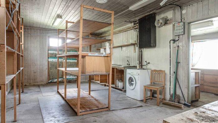 I den den större lagerlokalen huserar en modernare tvättmaskin.