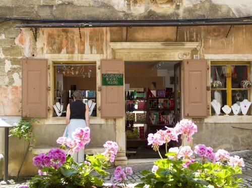 I Groznjan i Istrien kan du vandra runt bland ateljéer.