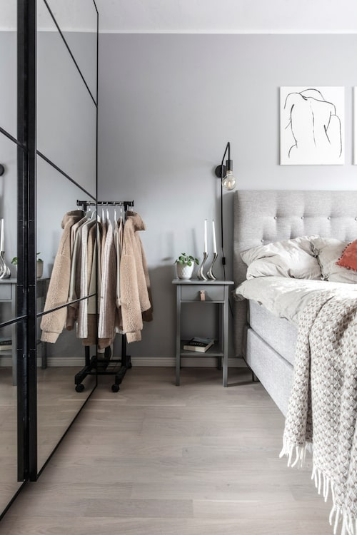 Sängborden, från Mio, har fått handtag i läder i stället för metallknoppar. Garderober, Ikea. Ljusstakar, Georg Jensen.
