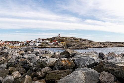 En stor del av Vrångö är naturreservat. Det breder ut sig norr och söder om det bälte av bebyggelse som sträcker sig tvärs över öns mitt.