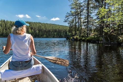 Hemtjärnen vid Hennickehammar lockar till bad och kanotfärder.