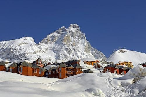 Cervinia ligger uppkrupen på en sydsluttning vid foten av världens mest avbildade berg – Matterhorn.