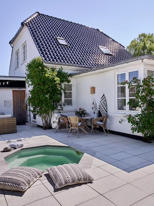 Huset är byggt 1935 och paret har renoverat hela huset själva. Kuddar, Majas Cottage. Kirsten har tillverkat surfbrädorna som står lutade mot husväggen.