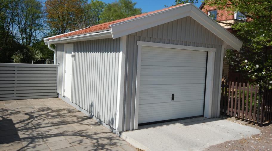 Ritningar medföljerGarage 3,70 x 6,10 meter, med ytterdörr och takskjutport. Utförlig monteringsbeskrivning medföljer och bygglovsritningar ingår i byggsatsen. 57 300 kronor. Frakt ingår upp till 400 km från fabriken i Sjöbo.Info: svenskabyggsatser.se.