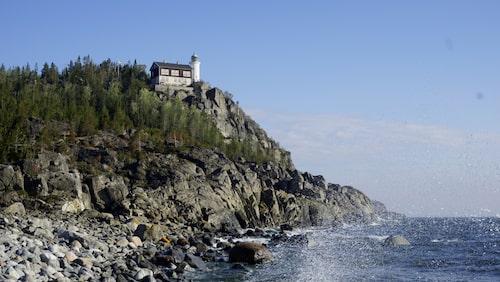 I den gamla fyrvaktarbostaden vid Högbondens fyr finns många rum med en svindlande havsutsikt.