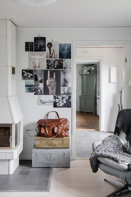Vid den öppna spisen i rummet mellan sovrum och hall har Åsa och Andreas g jort i ordning en frukostplats. Några koffertar och fotoposters står för dekorationen.
