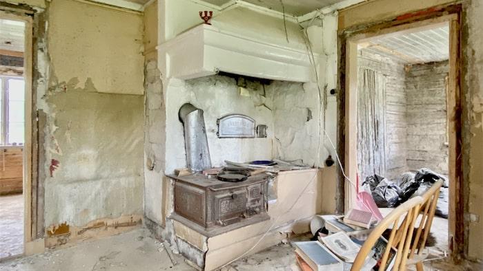 Köket har en gjutjärnsspis och en gammal bakugn med ugnslucka från Husqvarna med märkningen no1, vilket är en av de första gjutjärnsluckorna från Husqvarna efter de sadlat om från vapenfabrik runt år 1870.