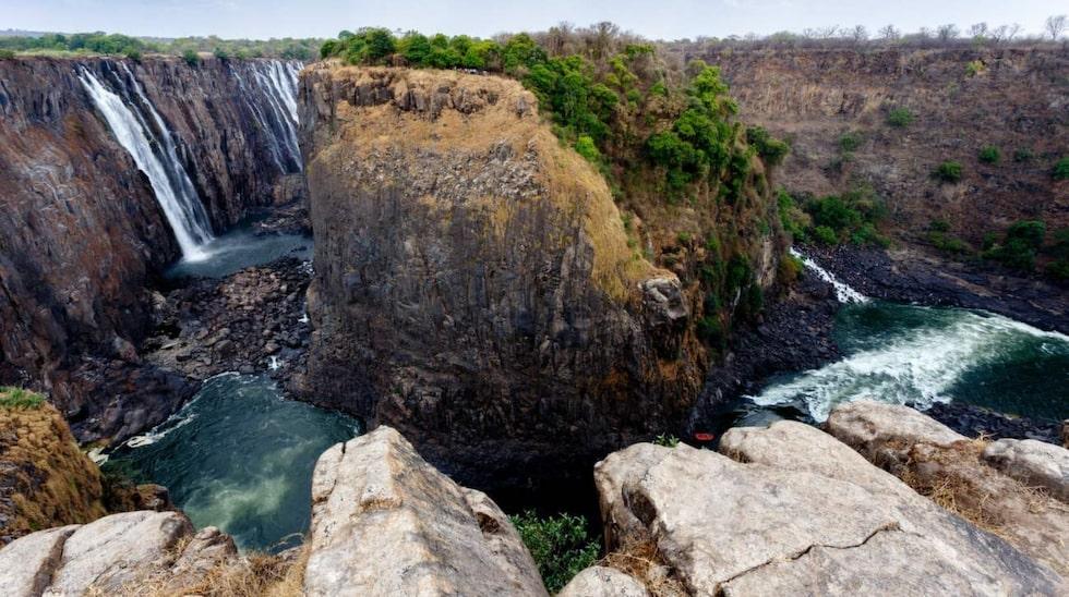 <p>Vid Victoriafallen i Zimbabwe dog en guide när han försökte rädda en turist som tagit sig för långt ut på kanten av fallet. Guiden föll 90 meter.</p>
