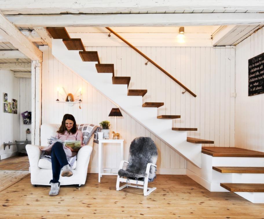 LäshörnaErika gillar att mysa i Ikeas fåtölj Tomelilla under Ängeln med ljus av Kerstin Hammarsson. Barnfåtöljen med fårfäll är taxen Noras plats. Till vänster skymtar gången från allrummet till entrén.