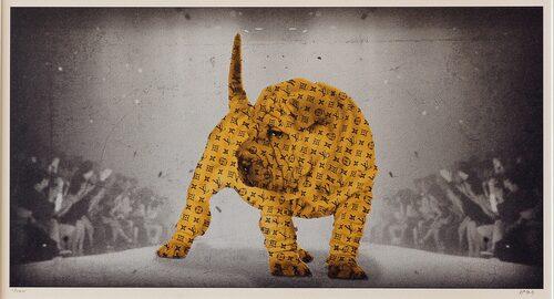 """""""At the catwalk"""" av Lars Tunebo. Idén till den logoprydda hunden fick Lars Tunebo på en konstmässa i Milano."""